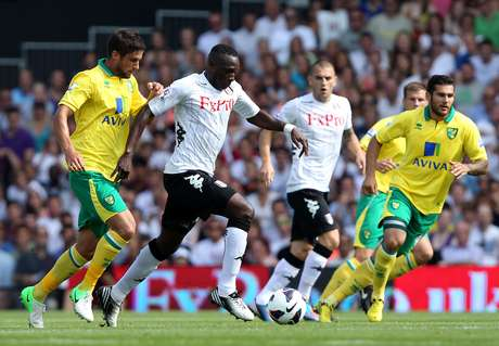 Mahamadou Diarra of Fulham battles with Andrew Surman of Norwich City during the Barclays Premier League match between Fulham and Norwich City at Craven Cottage on August 18, 2012 in London, England.