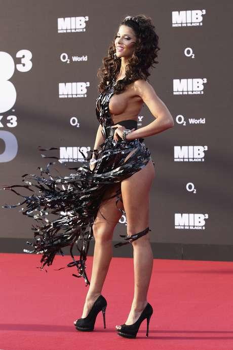 Micaela Schaefer deixou a elegância de lado ao escolher um modelo que mostrava todo seu corpo para ir à première de Men In Black 3, em Berlim