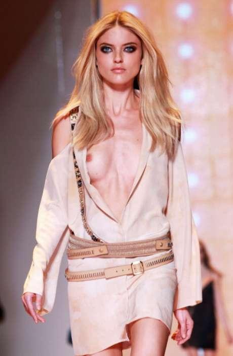 A grife Versace desfilou a sua coleção primavera-verão 2013, nesta sexta-feira (21), seguindo o calendário da semana da moda de Milão. Com detalhes em franjas douradas, a predominância das cores ficou por conta de laranja, nude e preto. Os recortes e detalhes marcaram a sensualidade das peças