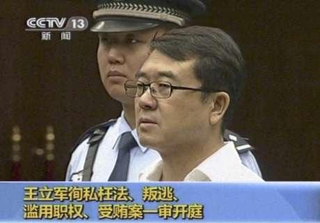 Imagen tomada de CCTV donde se ve a Wang Lijun durante su juicio en la provincia de Sichuan, China, el jueves 18 de septiembre de 2012. Un tribunal anunciará su veredicto el lunes 24 para el ex jefe de policía implicado en un sonado escándalo político donde fue asesinado un empresario británico.