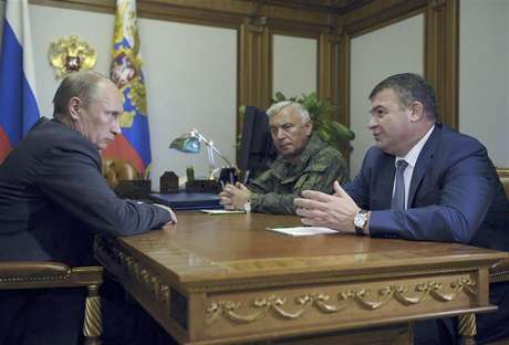 Russia's President Vladimir Putin (L) meets with Chief of Staff General Nikolai Makarov (C) and Defence Minister Anatoly Serdyukov at the Bocharov Ruchei state residence in Sochi September 21, 2012.