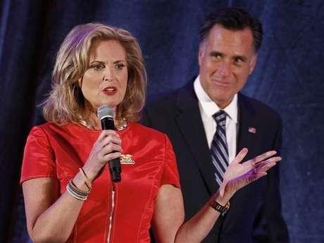 Romney escucha un discurso de su esposa Ann durante un evento de campaña en Dallas, Texas.