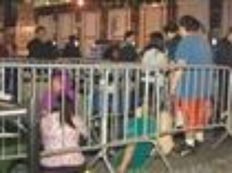 New Yorkers were standing in line overnight into Friday morning in advance of the sale of the new iPhone 5 at an Apple store in Manhattan. (Sept. 21)