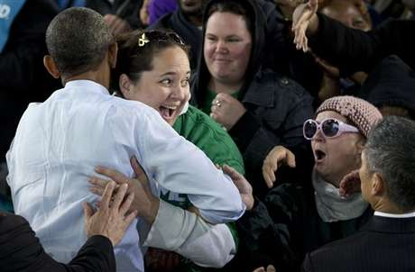 """Obama provocó el asombro de una de sus seguidores cuando le aplicó el """"abrazo de oso""""."""