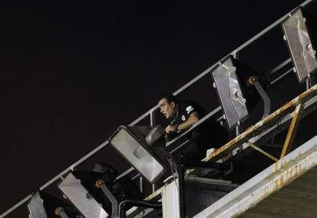 Un técnico trata de arreglar los focos del Estadio de Vallecas