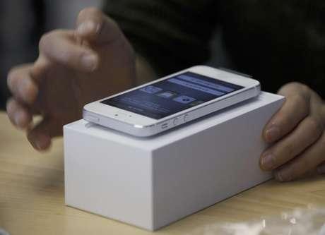 Un consumidor prueba el nuevo iPhone 5 de Apple en una tienda en Hong Kong, el viernes 21 de septiembre de 2012. Tanto Apple como Samsung están exigiendo modificar el veredicto que obligaría a esa segunda empresa a pagar 1.000 millones de dólares a la primera por infracción de patentes