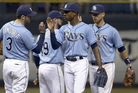 Los jugadores de los Rays de Tampa Bay Evan Longoria (3), Ryan Roberts (19), B.J. Upton, segundo de la derecha, y Ben Zobrist, derecha, se felicitan luego de su victoria de 3-0 sobre los Azulejops de Toronto el domingo 23 de septiembre de 2012, en St. Petersburg, Florida.