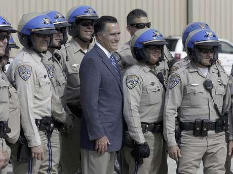 El candidato republicano y ex gobernador de Massachusetts Mitt Romney posa para una foto con miembros de la Patrulla de Caminos de California antes de abordar su avión de campaña en San Diego, el sábado 22 de septiembre del 2012