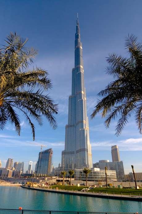Maior prédio, Burj Khalifa, Dubai, Emirados Árabes Unidos: segundo o jornal The Huffington Post, o prédio tem um design agressivo e parece que vai furar o céu como uma arma de cristal. Alguns dos ocupantes da Torre estão divididos entre os 160 quartos do Hotel Armani e 144 residências Armani, que foram vendidas por US$ 3.500 o metro quadrado. Apesar do título atual, a construção pode perder o posto quando terminará de ser construída a Kingdom Tower, em Meca, em 2016