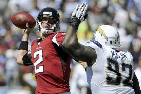 Matt Ryan (2), quarterback de los Falcons de Atlanta, lanza un pase bajo presión del defensive end Vaughn Martin, de los Chargers de San Diego, en la primera mitad del juego del domingo 23 de septiembre de 2012, en San Diego.