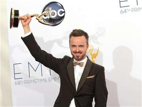 """Aaron Paul sostiene su premio al Mejor Actor de Reparto en una serie dramática por su rol en """"Breaking Bad"""" en la entrega de los Emmy en Los Angeles, sep 23 2012."""