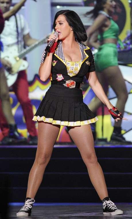 """Katy Perry cantó luciendo un corto y apretadito vestido, el cual dejó expuestas sus piernazas y acentuó un poco sus """"bubis"""", elementos que la hicieron ver totalmente provocativa, sobre el escenario dispuesto en el circuito """"Marina Bay City"""" en Singapur, para que ella hechizara al público con sus mejores temas."""