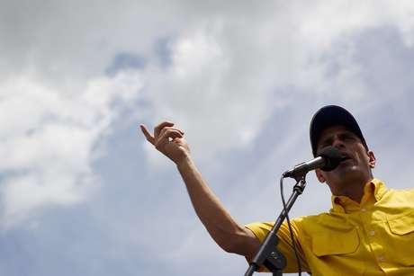 """Capriles informó que a partir de este lunes iniciará """"una última vuelta por veinte estados"""" para cerrar la campaña """"y sellar la gran victoria del 7 de octubre""""."""