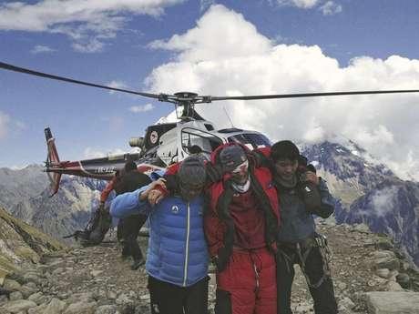 En esta fotografía provista por la aerolínea nepalesa Simrik Air, una persona herida (al centro) por una avalancha es rescatada en el campamento base del Monte Manaslu, en el norte de Nepal, el domingo 23 de septiembre de 2012.