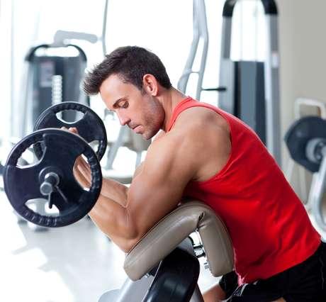 """Alternar os grupos musculares trabalhados também é pré-requisito para não exigir demais de um músculo e manter o treino equilibrado. """"Normalmente o treinador organiza duas ou três séries diferentes, dependendo da frequência que a pessoa frequenta a academia. Para esse trabalho de ganho de massa é preciso se dedicar mais e treinar de quatro a seis dias por semana para um resultado mais eficiente"""", diz Ginanildo"""