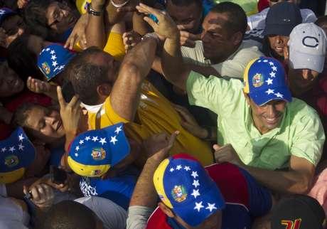 Capriles denunció que dos dirigentes murieron cuando una caravana en la localidad de Barinitas fue atacada a balazos.