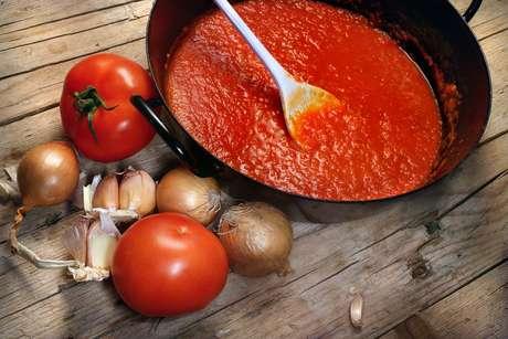 Salsa de tomate: una taza de salsa de tomate industrializado contiene más de 800 miligramos de potasio. Pero debes tener cuidado de no elegir una marca que le agregue sodio y azúcar.