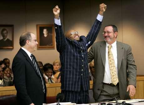 Patrick Waller celebra su exoneración tras pasar 15 años en la cárcel por un delito que no cometió. Lo asistió Innocence Project.