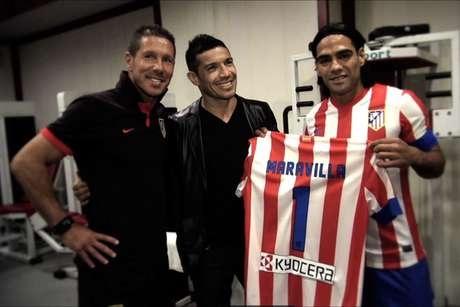 Argentine boxer Sergio 'Maravilla' Martínez visited Atletico Madrid squad at Vicente Calderon stadium and posed with Falcao and manager Diego Simeone. They gave him Atletico's jersey with the number '1'