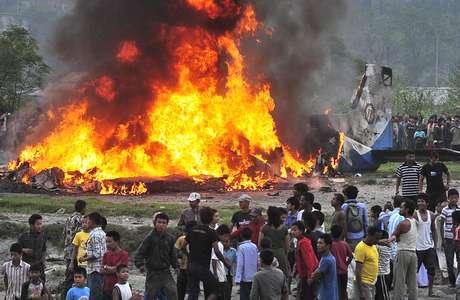 Diecinueve personas murieron este viernes al incendiarse el avión en el que acababan de despegar desde el aeropuerto de Katmandú, informaron en un comunicado las autoridades nepalíes.