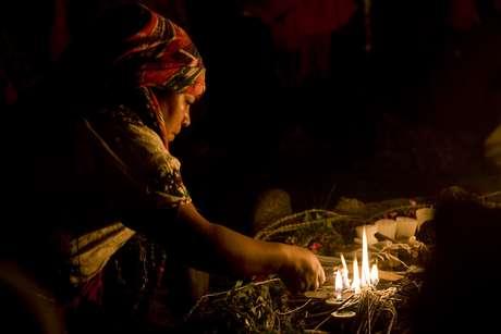 En esta foto de archivo del 21 de febrero de 2011, una sacerdotisa maya ora durante una ceremonia del año nuevo solar en Guatemala.