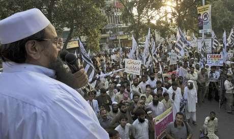 El dirigente del grupo religioso paquistaní Jamaat-ud-Dawa, Hafiz Saeed, habla ante las personas que el domingo 30 de septiembre de 2012 se manifiestan en la ciudad paquistaní de Lahore contra la película antimusulmana que ha desatado protestas en el mundo islámico.