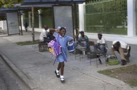 Una estudiante se apresura a ir al colegio en Puerto Príncipe, Haití, el lunes 1 de octubre de 2012.