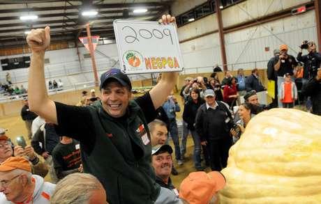 Ron Wallace celebra haber ganado el récord de la calabaza más pesada al cultivar una de 911 kilos (2.009 libras) en la feria de calabazas gigantes en Massachusetts, el viernes 28 de septiembre de 2012.