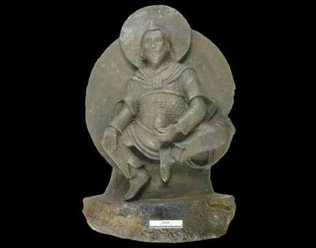 La estatua, de 24cm de altura, pesa 10 kg y se llama el Hombre de hierro.