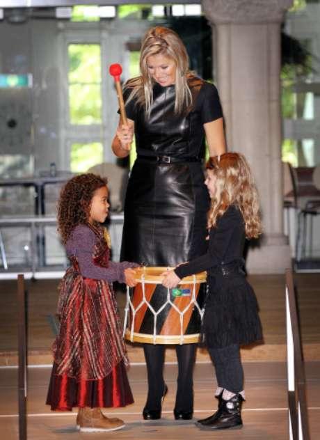 Al igual que otras princesas europeas, Máxima de Holanda sabe cómo reciclar su armario y ha lucido este vestido de piel que ya llevó en un acto en 2010.