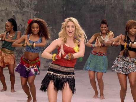 """""""Waka Waka (Esto Es África)"""". Shakira desató la locura al implantar un inigualable movimiento de caderas en los pasos de baile que realiza en  el video de este tema, que fue escogido por la FIFA para ser la canción principal del Mundial de Fútbol de 2010."""