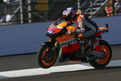El campeón del mundo de MotoGP, Casey Stoner, regresará tras su lesión para disputar el Gran Premio de Japón el próximo 14 de octubre, según afirmó el australiano el miércoles. En una imagen de archivo, Stoner, durante los entrenamientos del Gran Premio de Indianapolis.