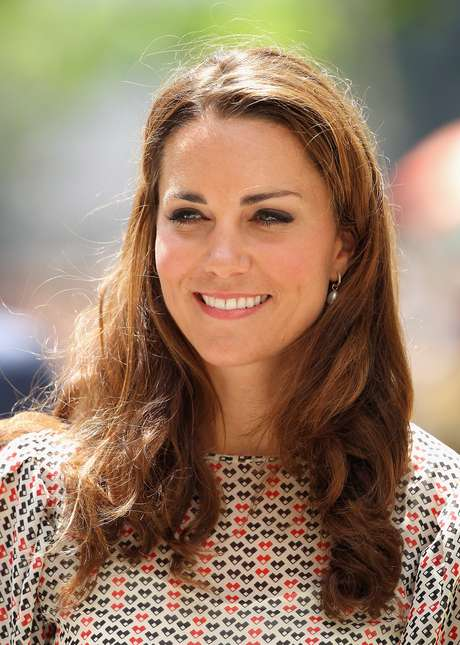 Segundo o site 'Huffington Post', Kate Middleton faz lifting facial com veneno de abelha, uma alternativa orgânica ao Botox que estimula a circulação do sangue na pele. O tratamento faz aumentar a produção de colágeno e estimula a renovação das células