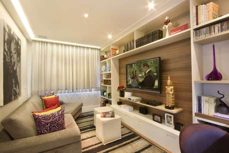 Projeto do designer de interiores Gerson Dutra de Sá troca a mesinha de centro por dois puffs, que podem ser usados para dar lugar para as visitas sentarem. Informações: (11) 5044-2830