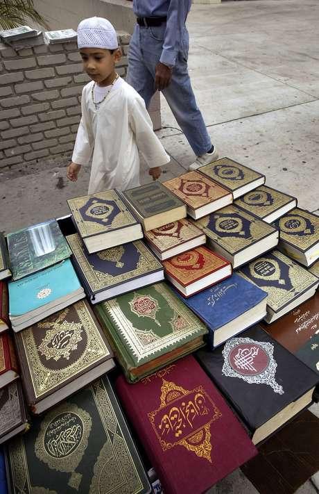 Residentes y periodistas dijeron que un transeúnte vio como los niños arrancaban páginas de una copia del Corán y orinaban sobre él frente a una mezquita local.