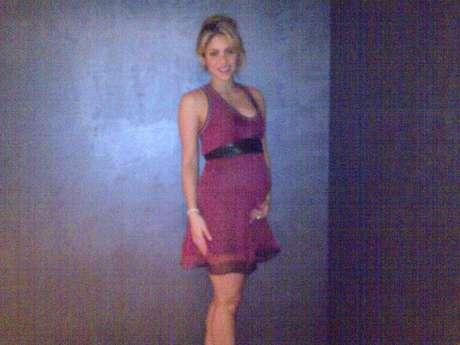 """Shakira amaneció de muy buen humor este sábado 6 de octubre al compartir en su Facebook una foto que deja ver su avanzado embarazo y que acompañó de ese pie de foto: """"Ahora no tengo un six pack, sino un solo pack"""". :)"""
