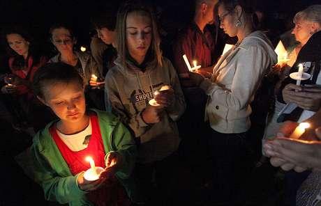 Varias personas participan en una ceremonia de velas efectuada en Naco, Arizona, el martes 4 de octubre de 2012, en memoria del agente muerto de la Patrulla Fronteriza, Nicholas Ivie.