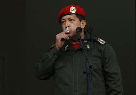 El presidente de Venezuela, Hugo Chávez, ganó hoy las elecciones presidenciales de su país con un 54,42 % de los votos, frente al 44,97 % del candidato de la oposición, Henrique Capriles. La presidenta del Consejo Nacional Electoral, Tibisay Lucena, indicó que con el 90 % de los sufragios escrutados, el presidente venezolano, que logra así su tercera reelección, obtuvo 7.444.082 votos frente a 6.151.544 de Capriles, en una jornada con una participación récord del 80,94 %.
