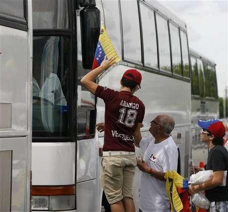Medio centenar de autobuses en caravana viajan desde Miami hacia New Orleans: los venezolanos de EEUU viajar para votar.