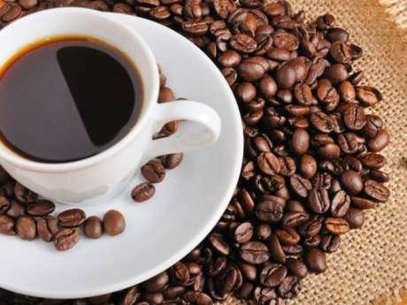 O café é um dos alimentos que pode ajudar a acelerar o metabolismo e, consequentemente, a perda de gordura