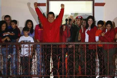 Luciendo una chaqueta con el rojo característico del partido de Gobierno, Chávez hizo un reconocimiento al pueblo de Venezuela.