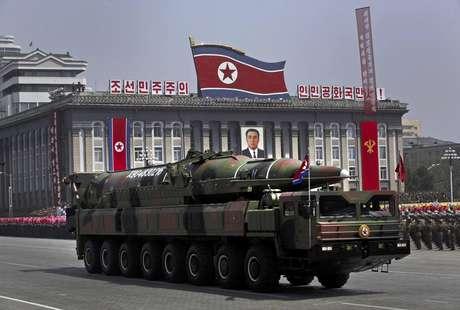 Un vehículo norcoreano transporte lo que parece un nuevo misil durante un desfile militar en la Plaza Kim Il Sung en Pyongang por el centenario del nacimiento del extinto fundador de Corea del Norte Kim Il Sung, el 15 de abril de 2012.