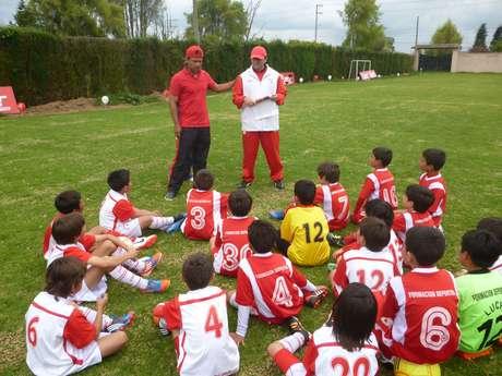 Gerardo Bedoya Munera durante una actividad social con niños de la Escuela de Formaciónde Independiente Santa Fe.