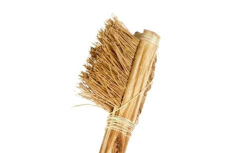 O homem já usou galhos, folha e até palitos de ouro para limpar os dentes. Por um longo período as escovas eram feitas com um osso como cabo e pelos de animais como cerdas. Uma escova mais parecida com a que usamos hoje, achada por paleontólogos na Europa, tem cerca de 300 anos. As cerdas de náilon, como conhecemos, surgiu apenas em 1938.