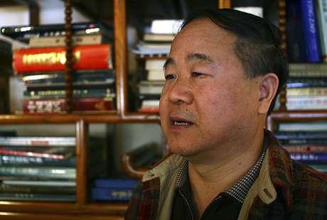 El escritor Mo Yan habla durante una entrevista en Beijing.