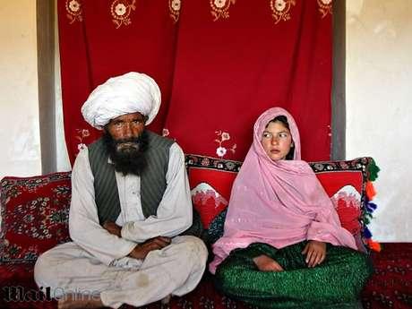 Faiz de 40 años y Ghulam de 11, se sientan en su casa antes de su boda en el pueblo rural Damarda, en Afganistán el 11 de septiembre 2005.
