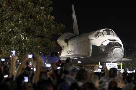 Numerosas personas toman fotos del transbordador espacial Endeavour mientras este se desplaza lentamente durante la noche  por una calle en Los Angeles, California, el sábado 13 de octubre de 2012. La nave se dirige a su última morada, el Museo de Ciencias de California en Los Angeles.