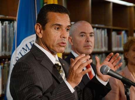 La medida, que fue presentada por el concejal Richard Alarcón y respaldada por el alcalde de Los Ángeles, Antonio Villaraigosa, otorgaría una credencial con foto.