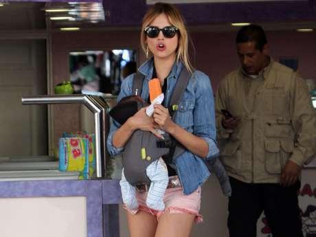 La protagonista juvenil de la telenovela 'Amores Verdaderos' dejó impactados a los reporteros de la lente con el corto atuendo que llevaba.