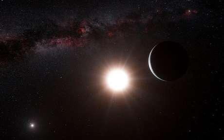 Los astrónomos han descubierto un nuevo planeta, el más cercano fuera de nuestro sistema solar y a un tiro de piedra astronómico de cuatro años luz. En la imagen, una reproducción artística muestra el planeta orbitando la estrecha Alfa Centauri B, dentro del triple sistema solar más cercano a la Tierra, en esta imagen publicada el 17 de octubre de 2012.